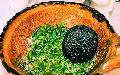 Salsa de chiltepín verde con ajo en molcajete de barro