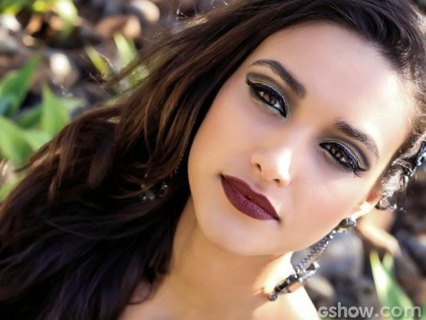 A atriz conta que se inspirou em Shakira, para fazer o papel de uma fogosa atriz latina