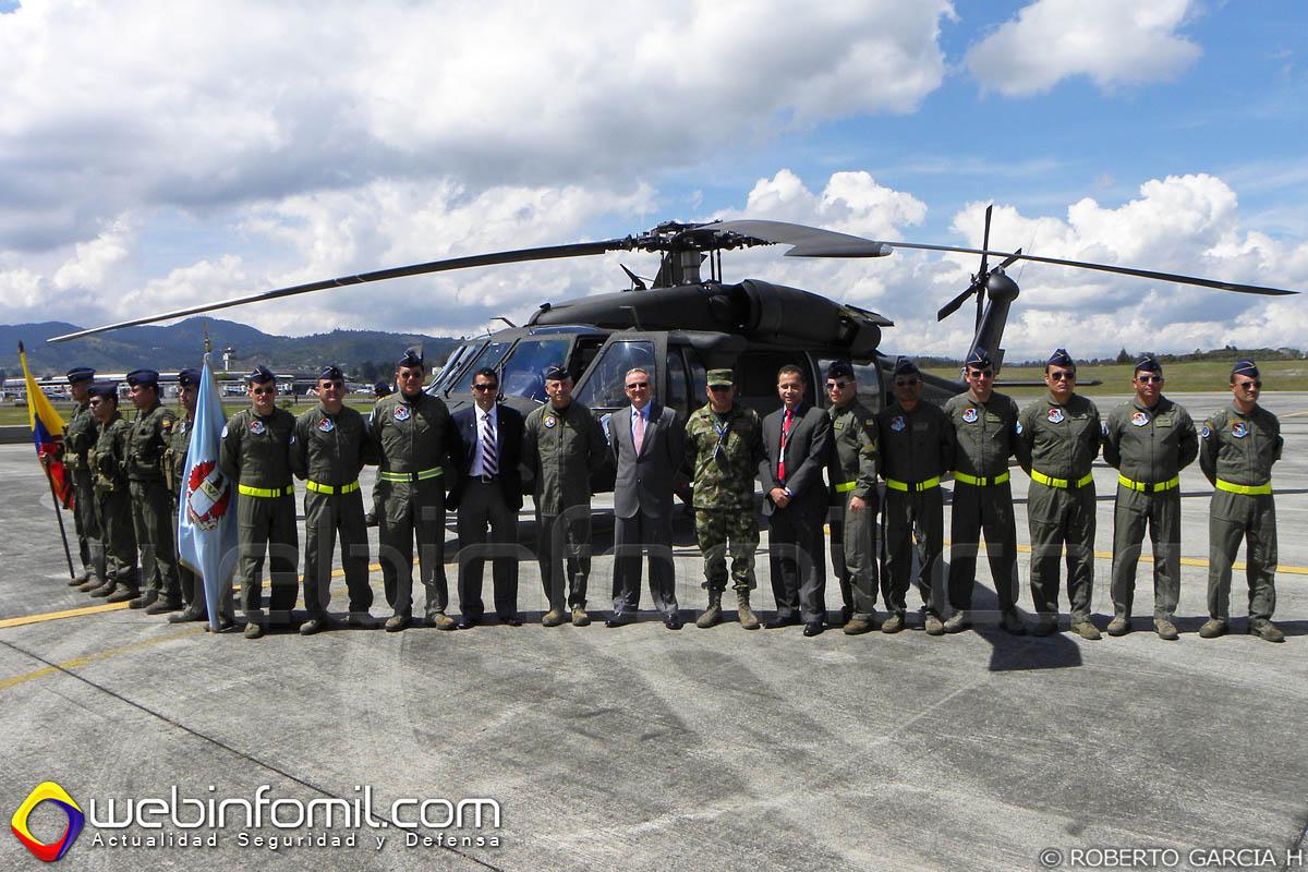 Ceremonia de entrega del helicóptero FAC4106, modernizado en nuestro país.