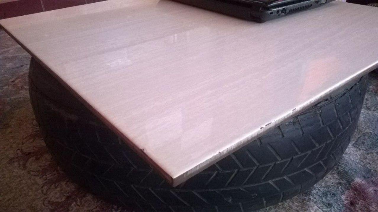 Ini salah satu yang unik. Mejanya perpaduan ban bekas mobil + lantai keramik utuh