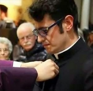 Seminarista doente terminal é ordenado sacerdote e celebra primeira missa.