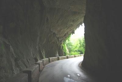 entrada de la cueva que da acceso a Cuevas