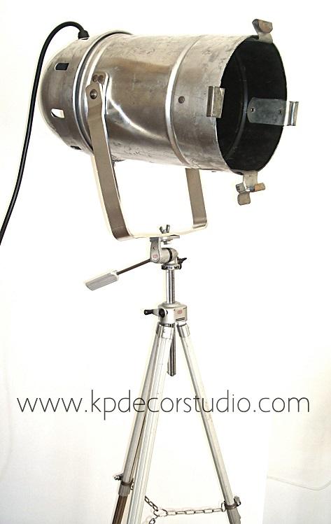 comprar lamparas industriales para decoracion escandinava en tono plateado y vintage con pie trípode antiguo de fotografo