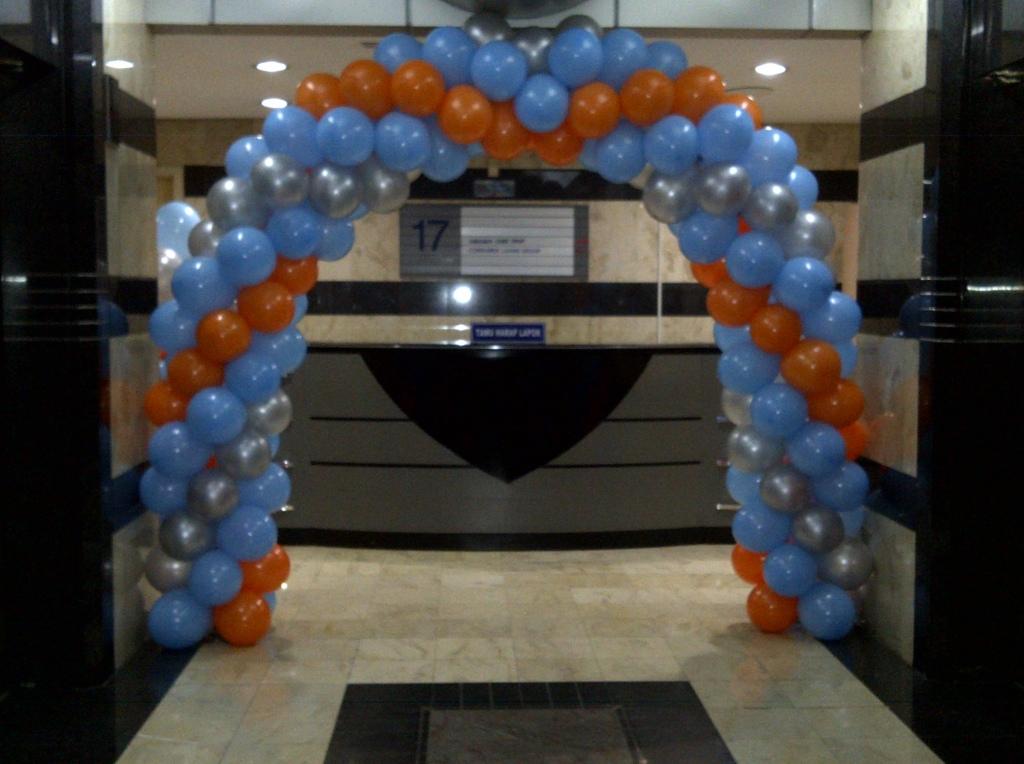 Dekorasi balon di atas kami rangkai di Plaza Mandiri dalam rangka ...
