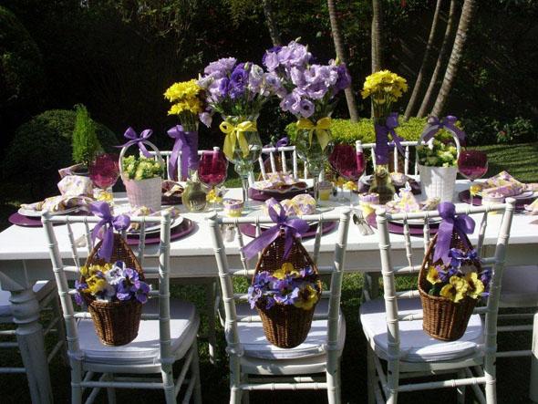 mesa de festa decorada no jardim