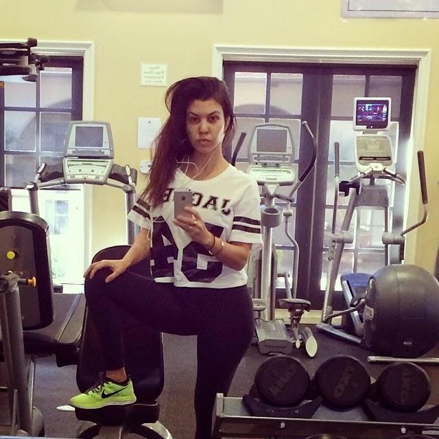 Kourtney Kardashian durante su rutina diaria en el gimnasio