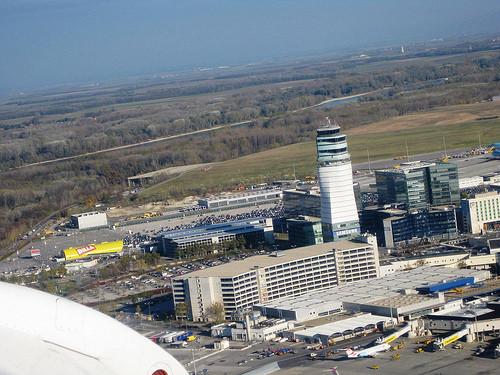 Η διάρκεια των απευθείας πτήσεων από το αεροδρόμιο της Αθήνας προς το αεροδρόμιο της Βιέννης είναι 2,5 ώρες.