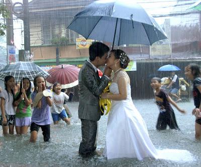 Свадьба в Маниле (Филипины) во время проливных дождей, затопивших весь город