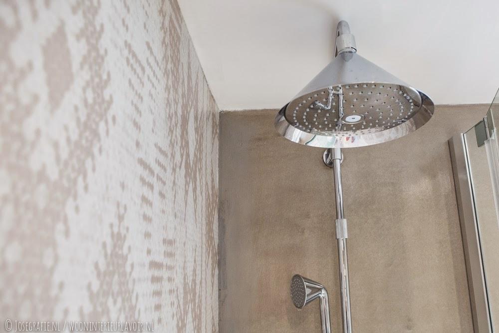 Wooninterieur lavoir binnenkijken badkamer met ons behang van wall deco - Behang in de badkamer ...