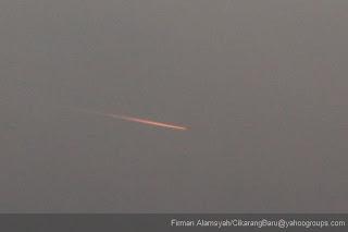 Foto penampakan Fenomena Jejak Api di Langit Bekasi