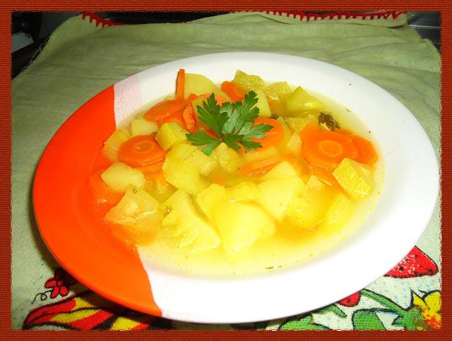 Sopa de legumes pronta para ser servida