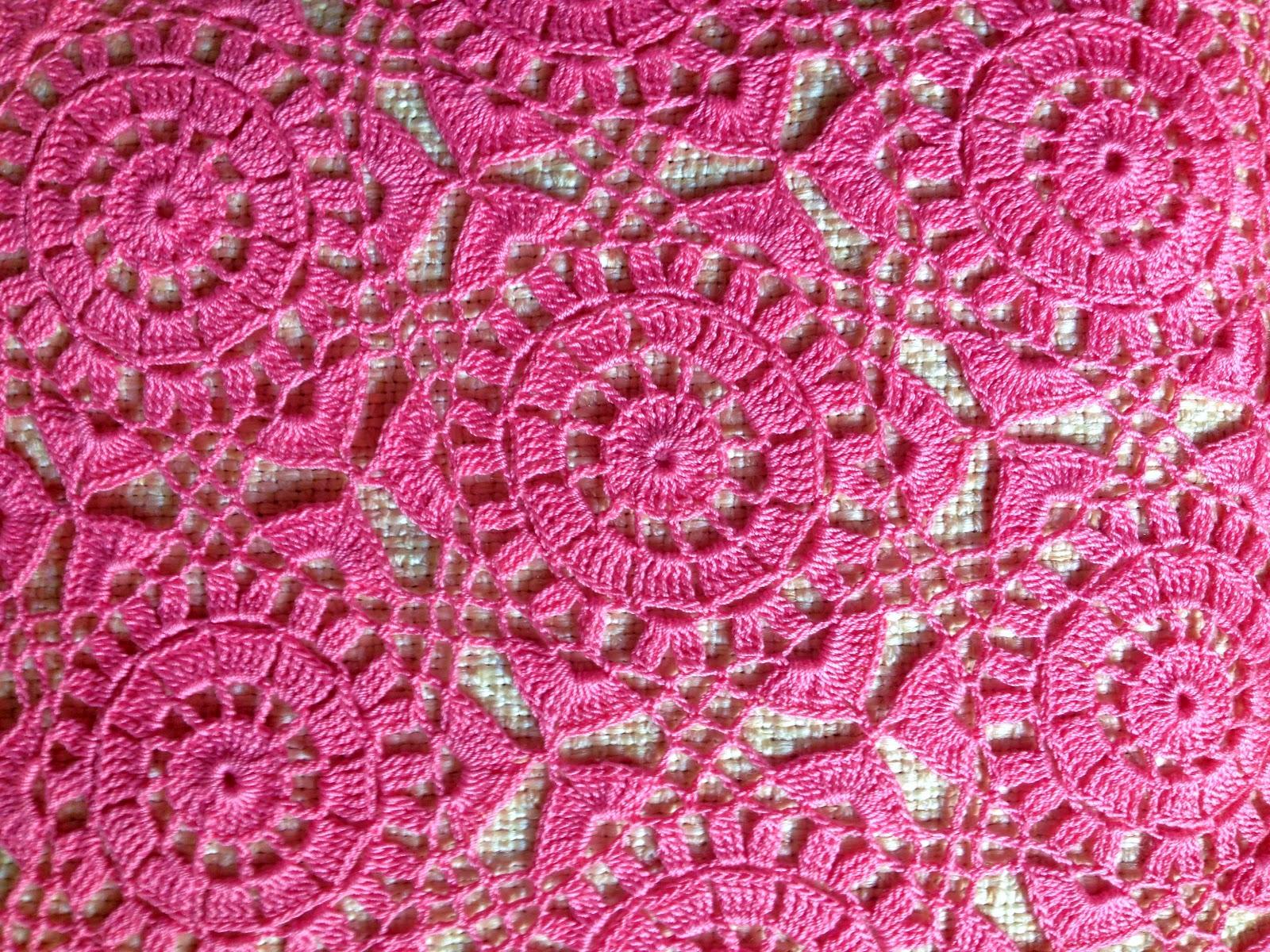Сама не знаю, что меня толкнуло на покупку розовой пряжи из хлопка. Ниточки так красиво лежали на прилавке, отливая сиреневым цветом, что рука сама потянулась к моточкам... А потом, так же случайно, наткнулась на красивую кофточку в интернете и первый образец цветочка, связался сам собой