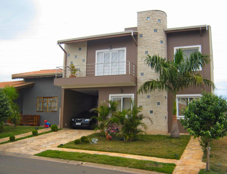 A fotografia de julho de 2014 mostra que a casa recebeu uma nova pintura - uma ótima medida para rejuvenescer a fachada e fazer a manutenção preventiva do imóvel.