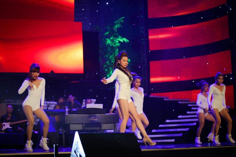 Triệu Ái Vy đốt cháy sân khấu với vũ đạo và ca khúc sôi động