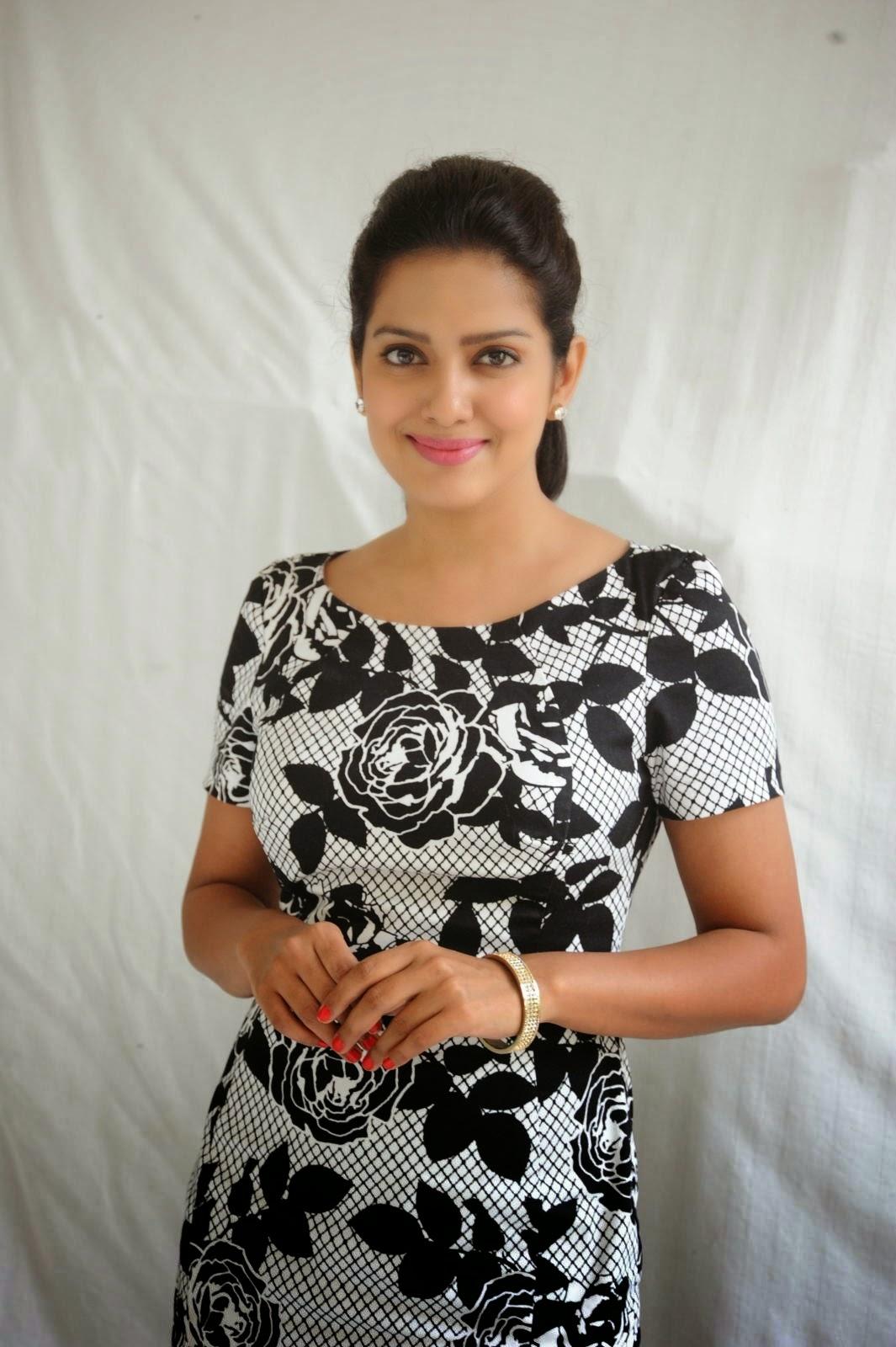 Ishaka Singh at Rowdy Fellow Movie Press Meet Photo Shoot