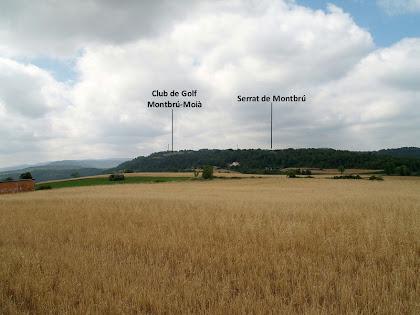 Extensa panoràmica dels plans de Moià amb el Serrat de Montbrú al fons, des del Camí del Castell de Clarà