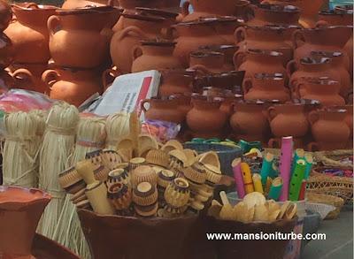 Variedad de Artesanías en el Tianguis de Alfarería en Pátzcuaro