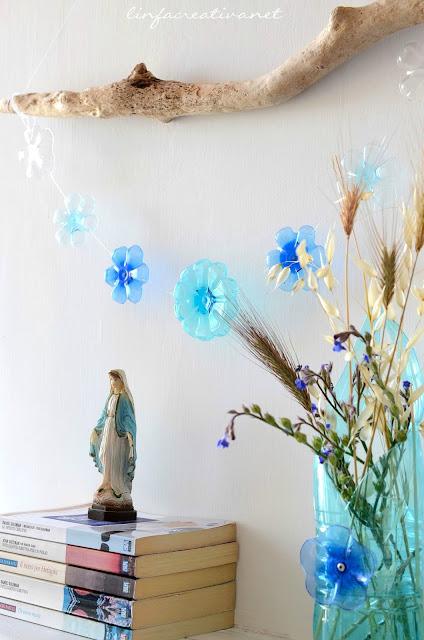 home decor: decorare con materiali di riciclo, in particolare con una ghirlanda realizzata con fondi di bottiglia