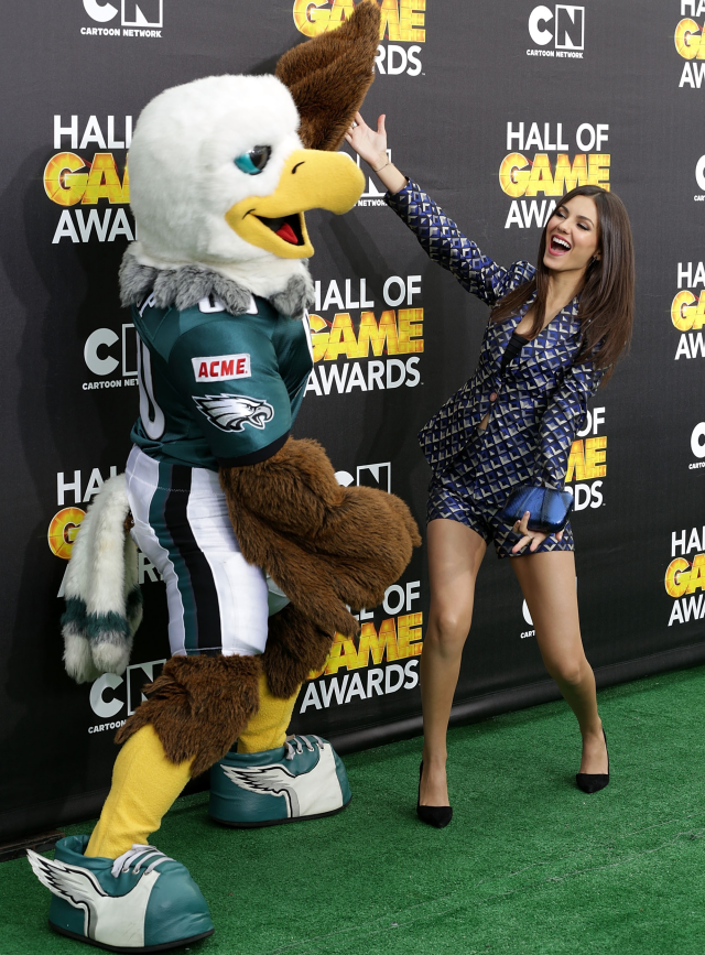 Victoria Justice junto a las mascotas de Hall of Game Awards 2014