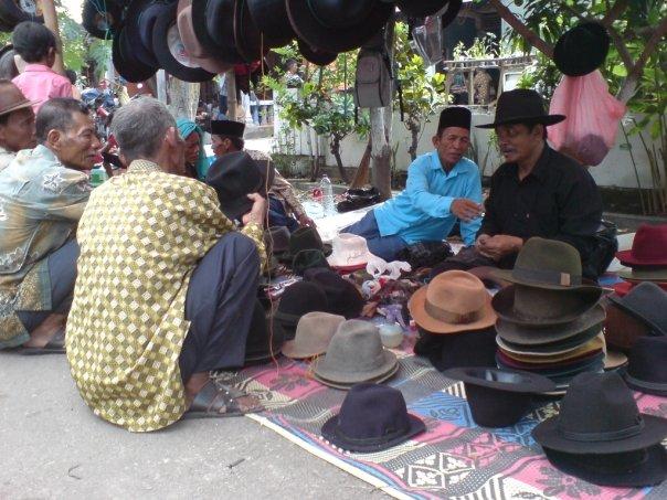Berikut Foto dari Pemilik Toko Topi Laken   Topi Koboy beserta profilenya   2ff7c4dfd3