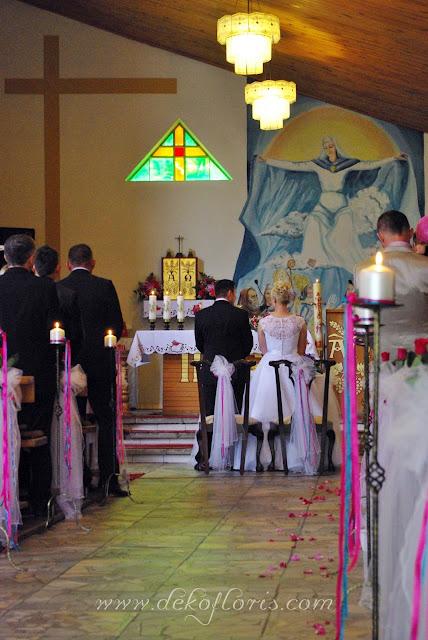 Różowa dekoracja ślubna kościoła opolskie