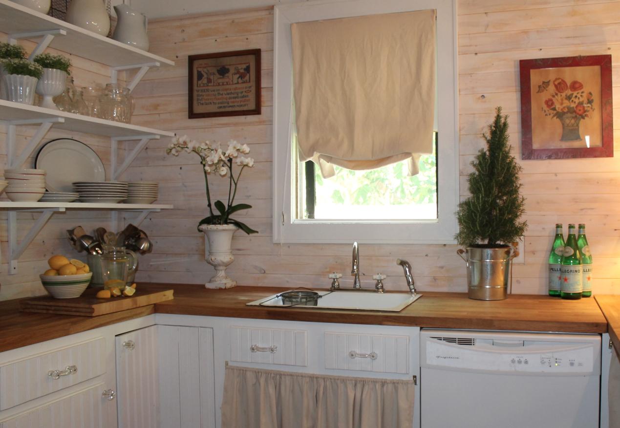 Boiserie c cucine soluzioni rivalutate con un occhio for Colore pareti cucina bianca