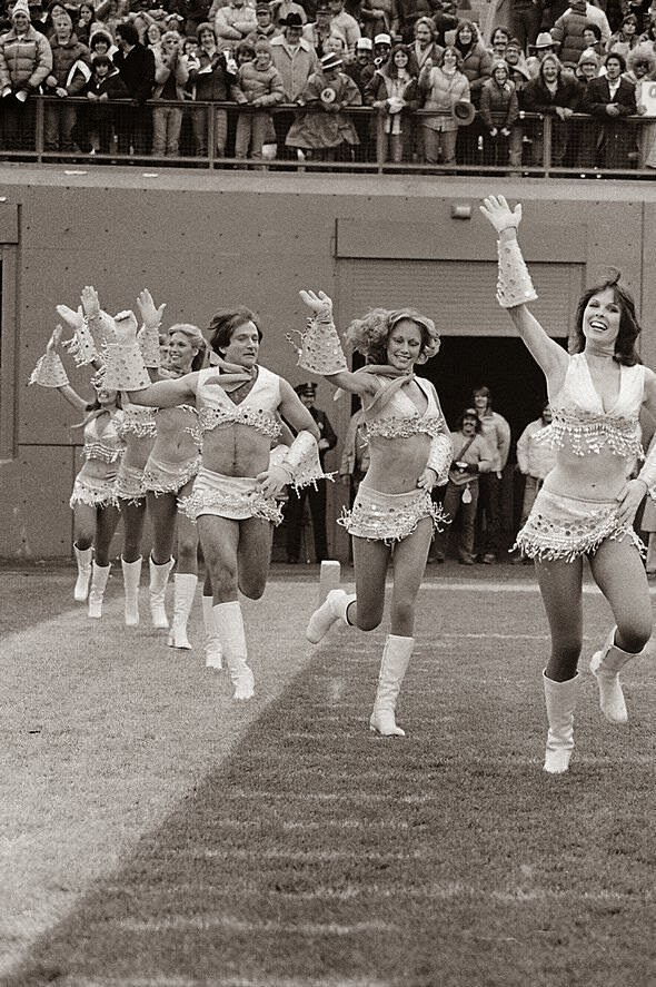 64 Historical Pictures you most likely haven't seen before. # 8 is a bit disturbing! - Robin Williams joining the cheerleaders team, 1980