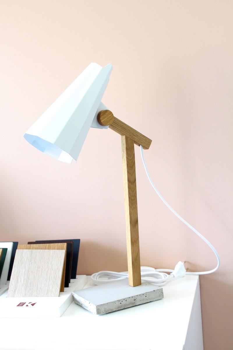 design lamppu ja vaaleanpunainen seinä