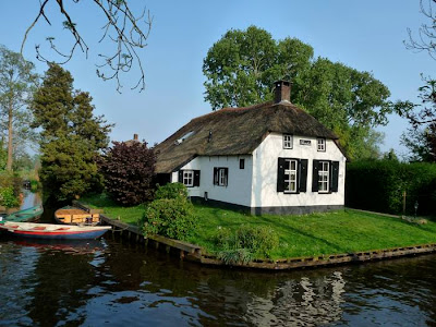 The canals are only about 1m deep and were dug out to transport peat, the digging of which resulted in many ponds and shallow lakes, called 'Wieden'. Many houses have been built on islands and are only reachable over wooden bridges.
