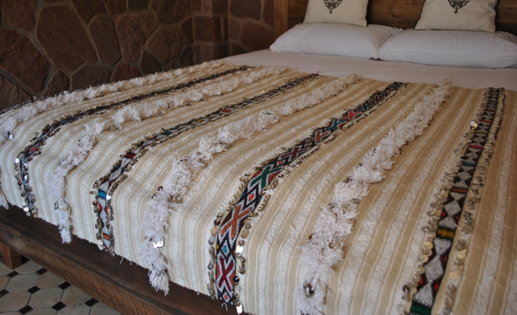 H466 Lovely Vintage Moroccan Wedding Blanket With Calm Design Beige And Ivory Striping Bushy Bands Kilim Patterned Edged Shiny Metal