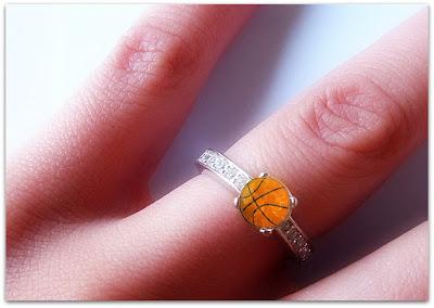 Свадебное фото: с баскетбольным мячем даже на свадьбе