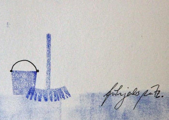 Blaue Frühjahrspostkarte mit Eimer, Besen und dem Schriftzug Frühjahrsputz