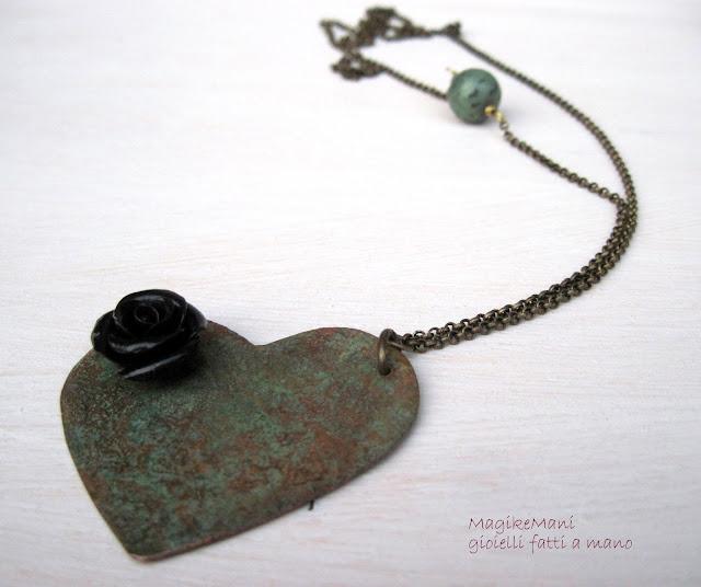 collana lunga in rame  con ciondolo a cuore patina e rosa nera e turchese africano
