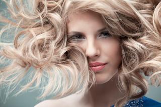 Έχετε μπούκλες οι οποίες σας ταλαιπωρούν γιατί δεν μπορείτε να τις  αναδείξετε σωστά  Σταματήστε λοιπόν να ζηλεύετε τα μαλλιά των σταρ και  αποκτήστε τις ... 8326df8b929