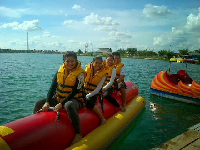 Wisata Air Bebek Aye Menikmati Permainan Wisata Air Dengan Banana Boat Di Danau Opi