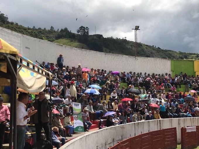 Sesión de la Asamblea en Cerrito: pocos diputados, escasos funcionarios, pero miles de campesinos