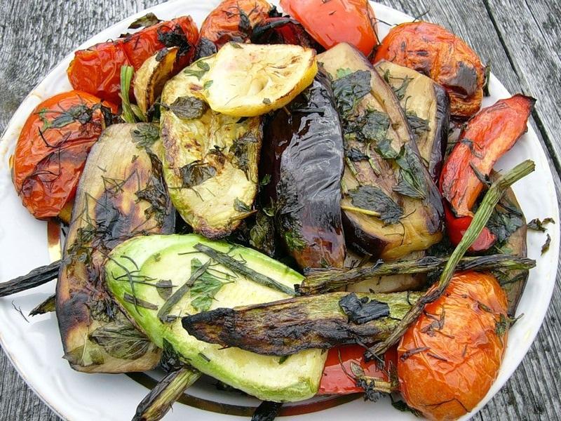 Салат из жареных овощей на костре