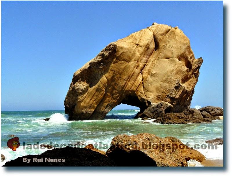 Foto do Penedo (rochedo) do Guincho, na cidade de Santa Cruz, na região de Torres Vedras, Portugal