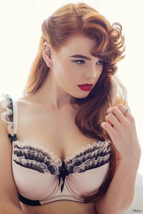 Srta Deadly Red la sexy y explosiva pelirroja modelo y maquilladora Que adora posar Para La cámara.Chicas guapas 1x2
