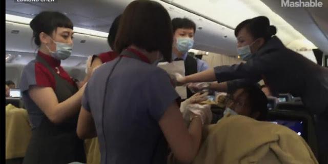 Mengharukan, Seorang Ibu Melahirkan di Dalam Pesawat Terbang
