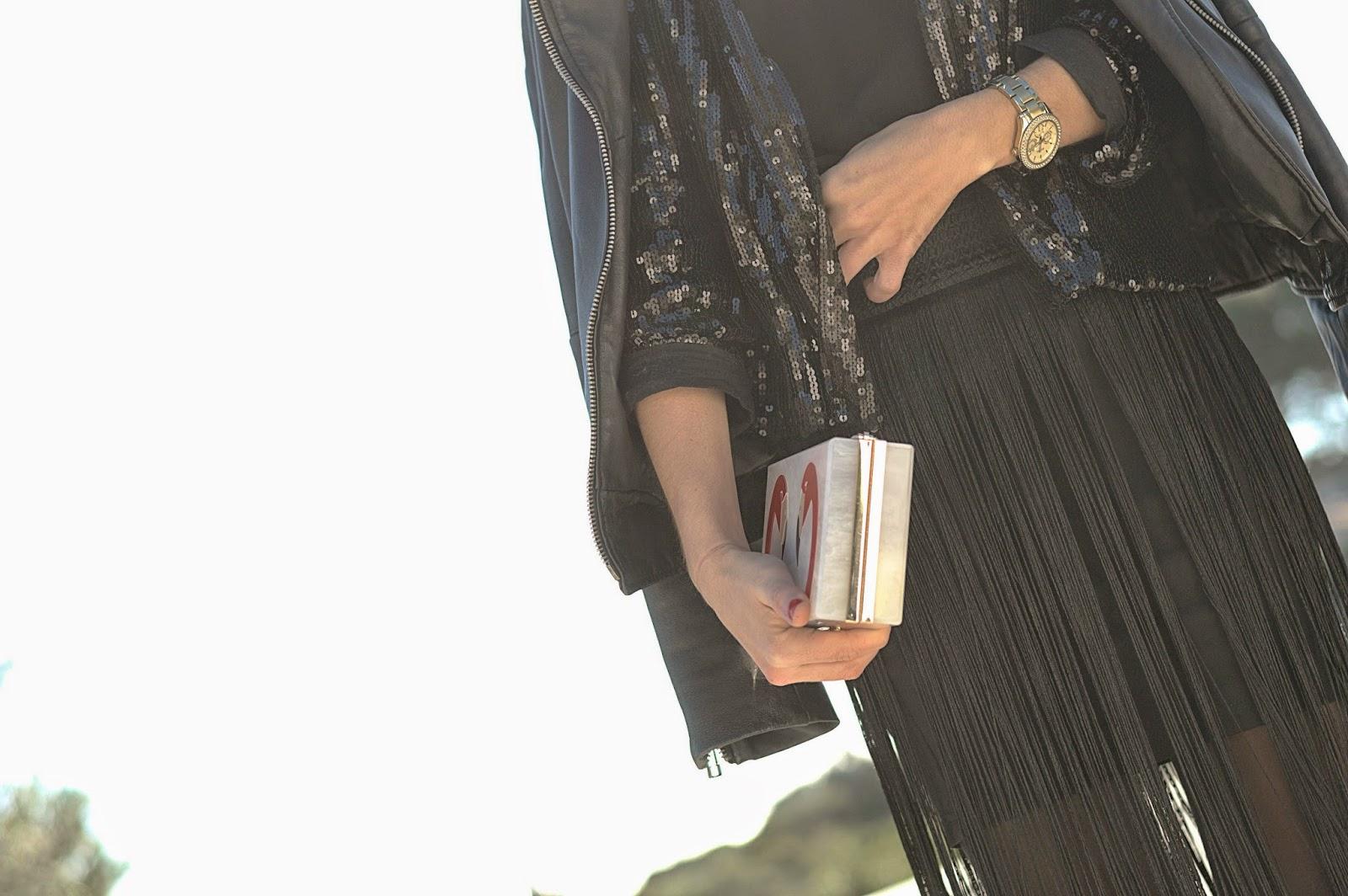 Falda de flecos H&M, top y perfecto Mango, jaqueta Kling, clutch The Code, Stilettos Menbur