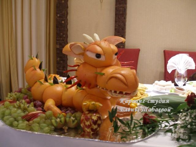 скульптура из фруктов дракон на юбилей 60 лет