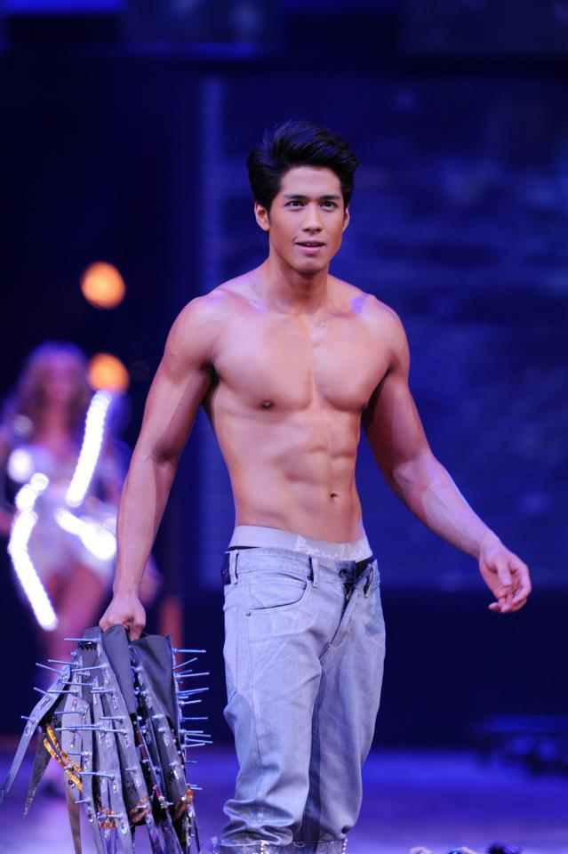 Living My Style Bench Universe Denim And Underwear Fashion Show Male Models Picture