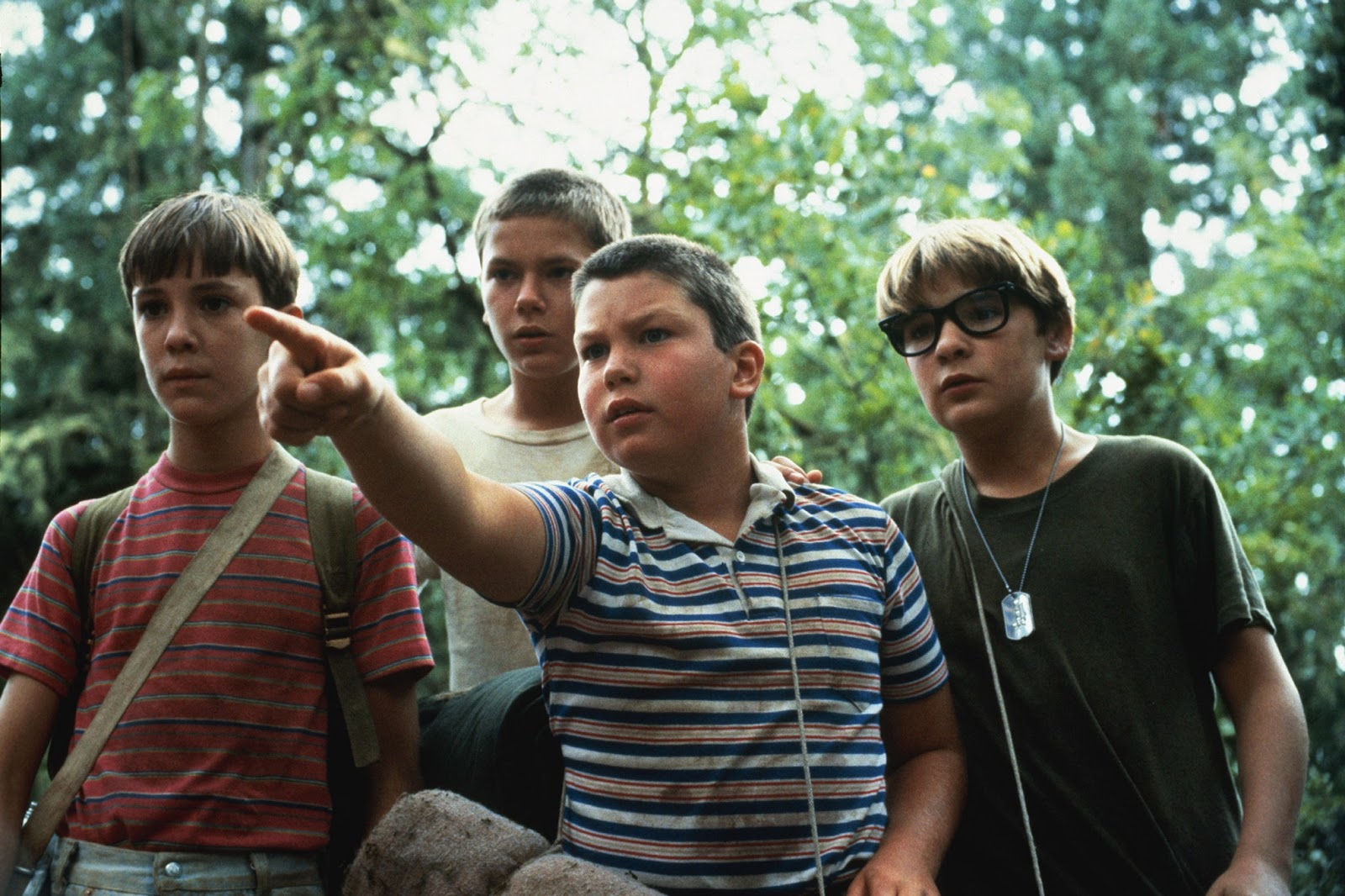 stand me and body Stand by me (based on stephen king's novella) revolves around four small-town 12-year-old boys who set out on a trek to find a dead body they overcome oncoming trains, a disgusting bout with leeches, and the rival advances of a competing gang to collect the prize of locating the body.