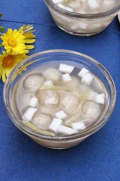 Rice Balls with Coconut Filling (Chè Bột Lọc Nhân Dừa)