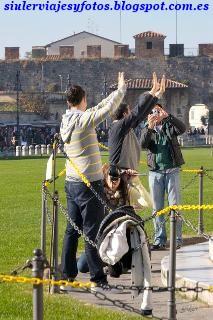 Torre de Pisa sujetada por Siuler viajes y fotos