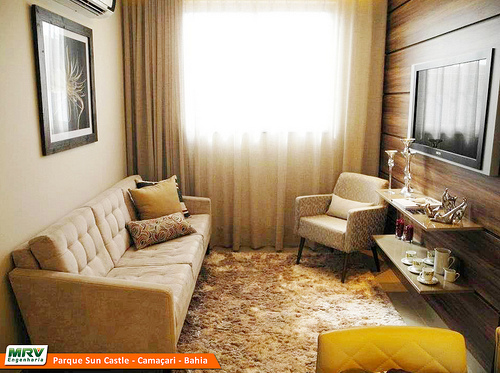 Cortinas Sala Pequena Apartamento ~ Apesar do painel de madeira ocupar toda a parede, as prateleiras