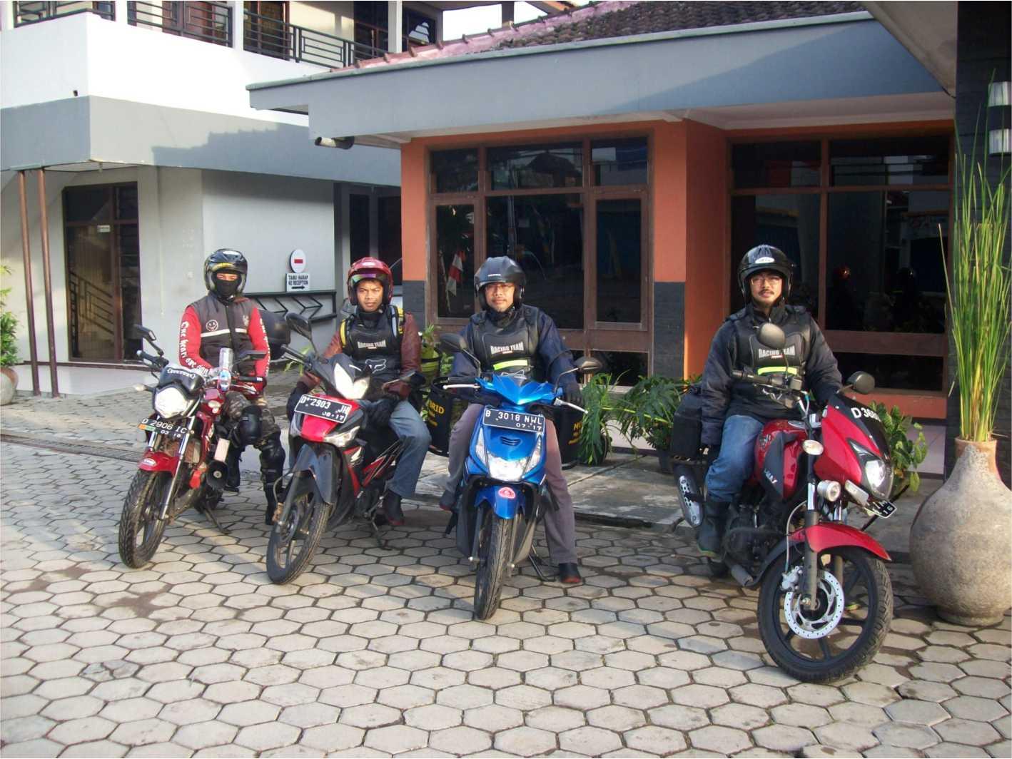 Foto bersama setelah istirahat di Jombang