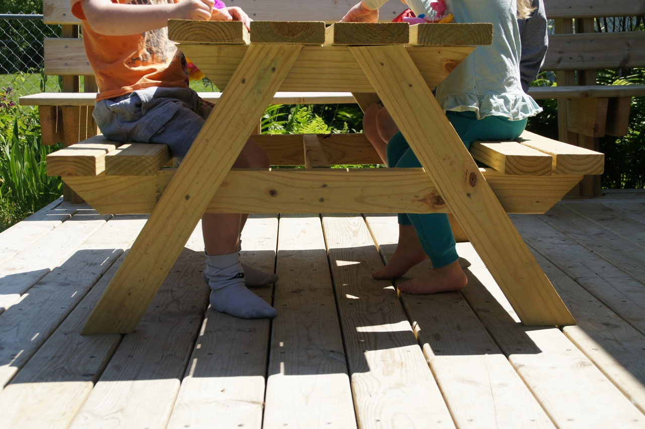 Easy Plans For DIY Kid Sized Picnic Table