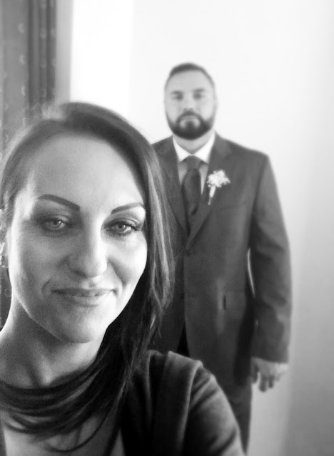 para,zakochani, garnitur na wesele,świadek, wymodelowane włosy,czerno białe zdjęcie, ładne brwi,butonierka co to, broda,barbershop,piękna broda, wystylizowana broda